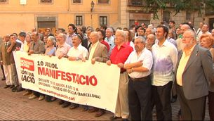 Foto de família en suport a la manifestació del 10-J al Fossar de les Moreres