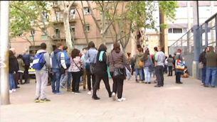 Alumnes a l'entrada de l'Institut Joan Fuster de Barcelona