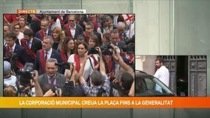 Crits i xiulets en el tradicional pas de l'Ajuntament al Palau de la Generalitat
