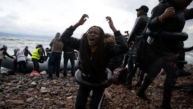 Grècia dispara a l'aigua per frenar migrants després de suspendre el dret d'asil