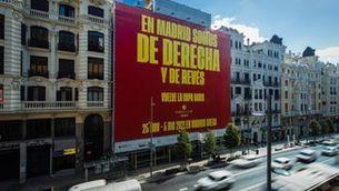 Gerard Piqué penja una pancarta al centre de Madrid per anunciar la Copa Davis
