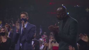 Un emocionat Pau Gasol acompanya la família de Kobe Bryant en el seu homenatge al Hall of Fame