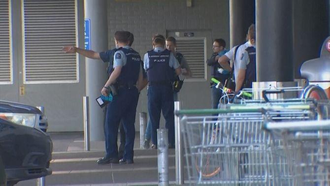 Agents de la policia a les portes del supermercat on hi ha hagut l'atac terrorista