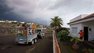 Veïns de Todoque, a La Palma, s'enduen pertinences en un remolc