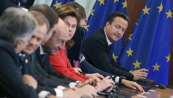 Cameron en una punta de la taula amb la mirada perduda en un moment d'aquesta última cimera europea. (Foto: EFE)