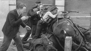 Reviuen la història de la fotografia del guàrdia d'assalt de Centelles