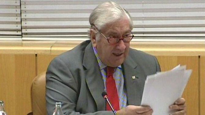"""El conseller de Sanitat de Madrid: """"Per aprendre a treure's o posar-se un vestit no fa falta fer un màster"""""""