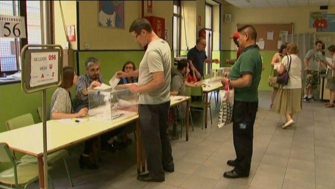 La participació cau 3 punts a Catalunya i es manté a Espanya respecte al 20-D