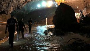 Els equips de rescat treballant dins la cova