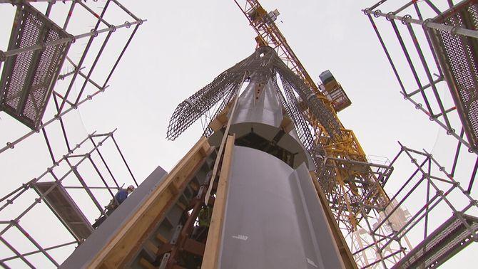 La Sagrada Família creix 11 metres de cop amb l'enlairament d'una peça de set tones