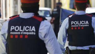 Agents dels Mossos d'Esquadra patrullant pel carrer