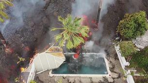 Així són les explosions que provoca la lava quan cau a piscines a La Palma