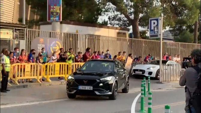 El pare d'Ansu Fati marxa del Camp Nou tocant el clàxon i rient