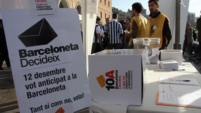 Una de les meses de vot anticipat per a la consulta del 10 d'abril a Barcelona (Foto: ACN)