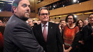 Encaixada de mans entre Junqueras i Mas abans de la conferència del líder dels republicans. (Foto: ACN)