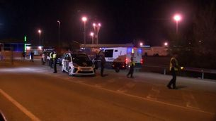 Una de les furgonetes de la Guàrdia Civil arriba a Estremera