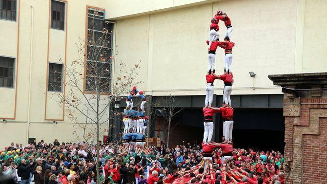 Una pinya de 2.500 persones per celebrar els 50 anys dels Castellers de Barcelona