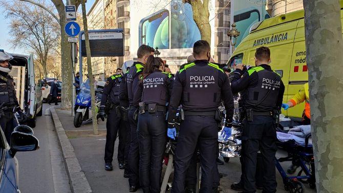 Una dona pareix al carrer, a la Gran Via de Barcelona, camí de l'hospital