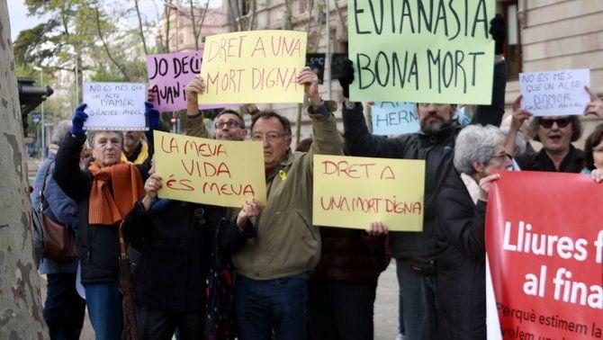 Partidaris d'una mort digna en una concentració a favor de la llei de l'eutanàsia a Catalunya
