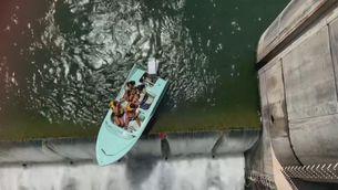 Rescaten una barca al caire d'una presa