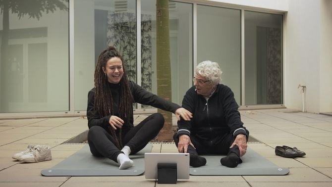 La Xènia i la Roseta fent ioga