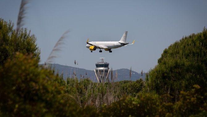 Un avió sobrevola l'espai natural de La Ricarda, al Prat de Llobregat