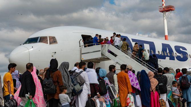 Cua d'evacuats de l'Afganistan per pujar a un avió cap a la base dels Estats Units a Ramstein, a Alemanya (Reuters)