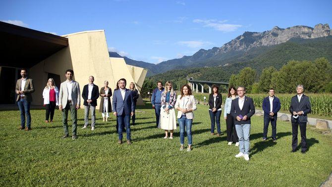 Els membres del govern, a les portes de Can Trona, a la Vall d'en Bas (ACN/Lourdes Casademont)