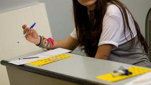 Una estudiant fent la selectivitat a Barcelona (EFE)