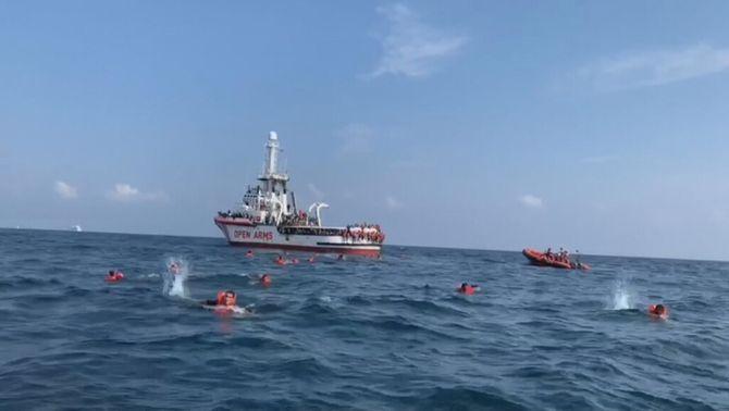 76 migrants de l'Open Arms es llancen a l'aigua desesperats per arribar a la costa