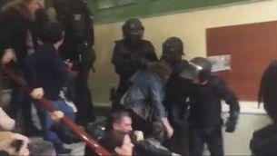Imatges de la puntada de peu voladora d'un policia nacional l'1-O a l'escola Pau Claris