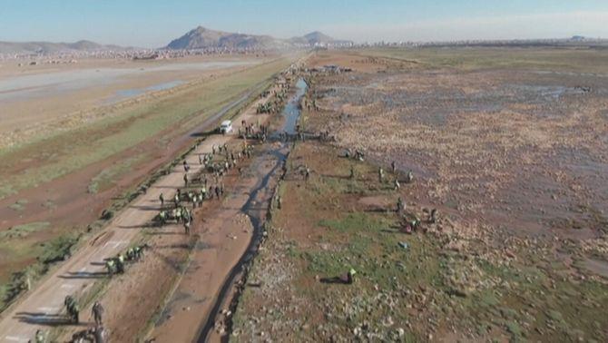 El plàstic i el canvi climàtic ofeguen el llac Uru Uru de Bolívia