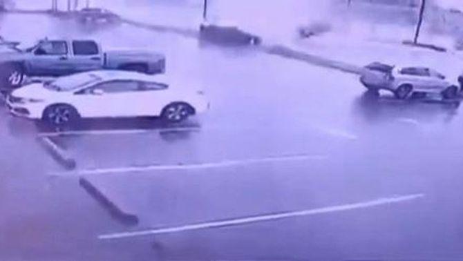 Un tornado fa voltar pels aires dos vehicles, un amb la conductora a dins