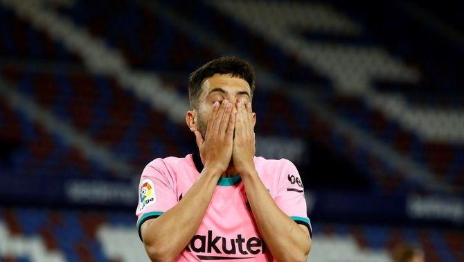 Cares llargues dels jugadors del Barça en el viatge de retorn