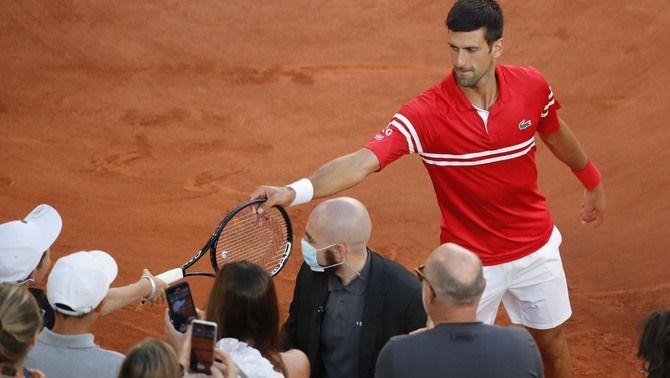 Novak Djokovic dona la seva raqueta a un jove seguidor, que embogeix de felicitat