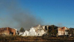 Un incendi a Torrelameu crema quatre naus industrials i un camió