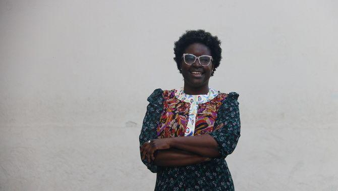 La nova directora del MACBA, Elvira Dyangani, davant del museu