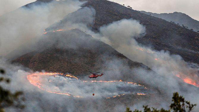 Un helicòpter sobrevola l'incendi de Sierra Bermeja, a Màlaga