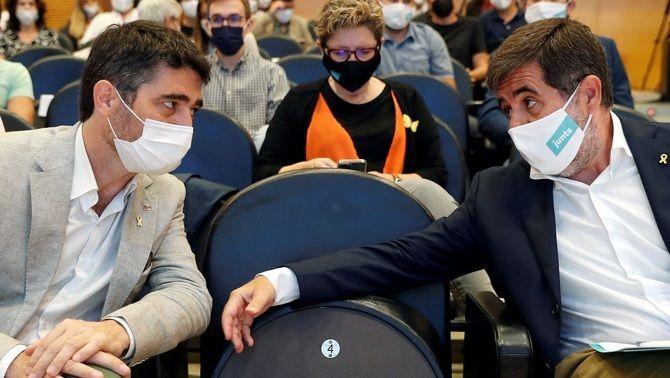 Sànchez conversa amb el vicepresident de la Generalitat, Jordi Puigneró, en el consell nacional de Junts