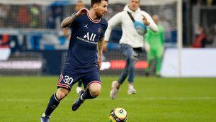 Leo Messi i un espontani corrent al darrera