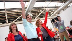 Pedro Sánchez saluda els assistents al míting a la Farga al costat de Meritxell Batet (ACN)