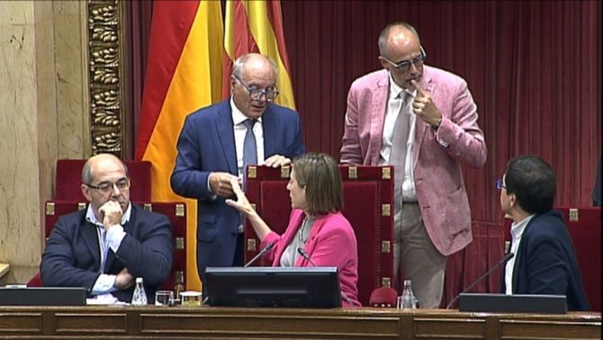L'aleshores presidenta del Parlament, Carme Forcadell, parlant amb dos lletrats de la cambra el 6 de setembre