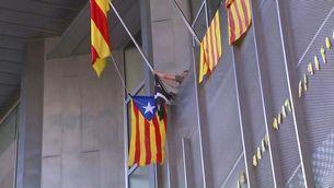 Els activistes del CDR de Girona han posat una estelada en comptes de la bandera espanyola a les oficines de la Generalitat