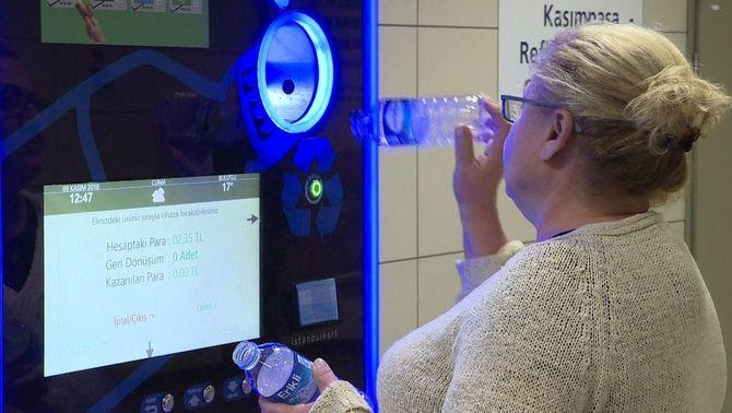 Envasos de plàstic per reduir el preu del metro, una iniciativa turca per reciclar