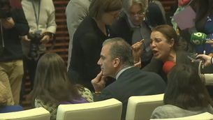 Nadia Otmani increpa Javier Ortega Smith en l'acte institucional contra la violència masclista a l'Ajuntament de Madrid