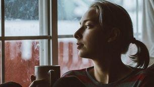 Noia a la finestra