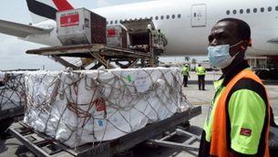 Carregament de vacunes del programa Covax arribant a Costa d'Ivori (Foto: Reuters)