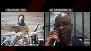 Keith Lamar durant la gravació del vídeo amb músics a Girona