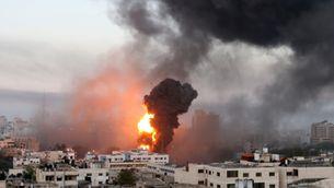 Flames i fum causats per un bombardeig israelià a la franja de Gaza (Reuters / Ibraheem Abu Mustafa)