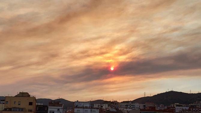 El fum de l'incendi tapa el sol dissabte al capvespre a Barcelona